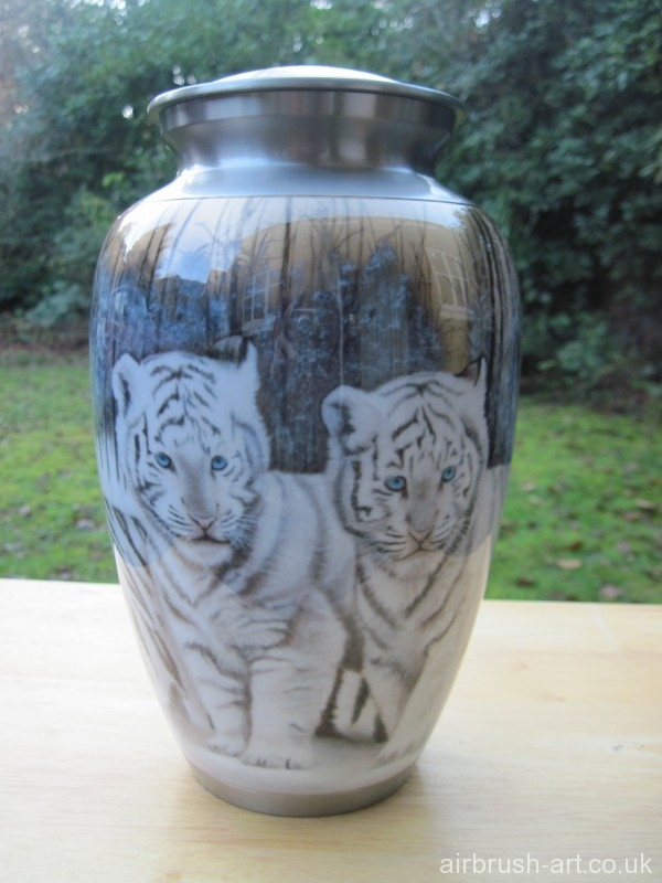 White tiger kittens on the back of the cremation urn.